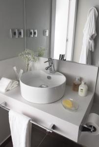 A bathroom at Rambla 102