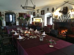 Un restaurante o sitio para comer en Castell de Riudabella