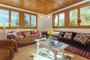 A seating area at Chalet Falcon