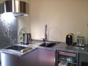 A kitchen or kitchenette at Alma N' Sleep