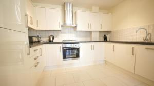 A kitchen or kitchenette at Crompton Court Apartments