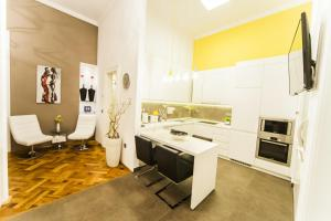 A kitchen or kitchenette at Matei Corvin Deluxe Apartment