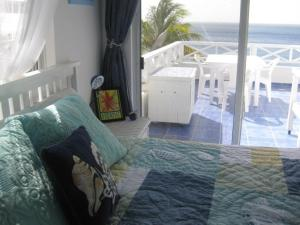 A bed or beds in a room at Marazul Dive Resort Ocean Front