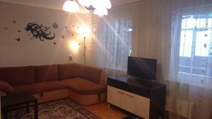 A seating area at Apartment na Yasnaya 30