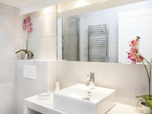 A bathroom at The Residence - Luxury 2 Bedroom Paris Center