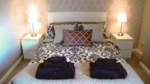 A bed or beds in a room at Mulberry Vacation Apartment