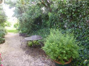 A garden outside Chambre D'Hotes Au Coquelicot