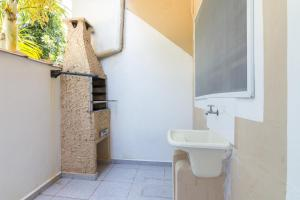 A bathroom at Apartamentos Praia da Maranduba