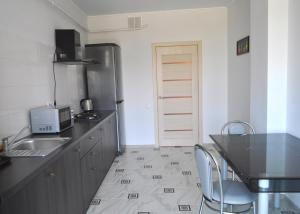 A kitchen or kitchenette at New Fortres Apartment №2