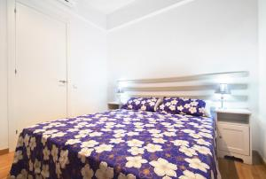 A bed or beds in a room at Apartment Gaudi XL