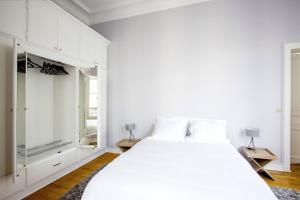 A bed or beds in a room at Appartement Caumartin Lafayette