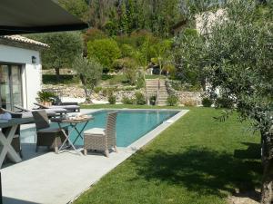 The swimming pool at or near Etoile De Saint Paul