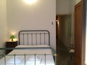 A bed or beds in a room at Appartamento Cagliari Centro