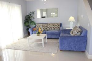 Coin salon dans l'établissement ACO Lucaya Village Resort 4 Bedroom Vacation Townhome (1715)