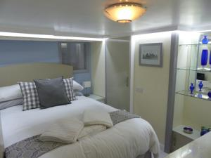 A bed or beds in a room at Sea Chest Apartments