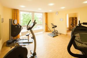The fitness center and/or fitness facilities at GDA Hotel Hildastift am Kurpark