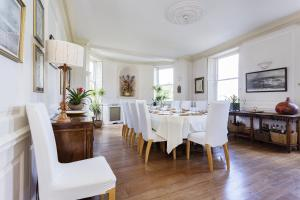 A restaurant or other place to eat at Veeve - Seven Bedroom House in Greenwich