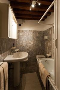 A bathroom at Ve-nice Suite Giuffa C4834