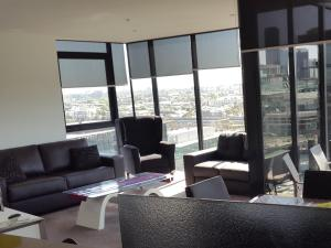 A seating area at Dockland View Apartment