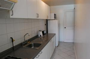 A kitchen or kitchenette at Apart Hotel Florencia