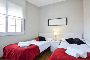 A bed or beds in a room at Sarria Attic