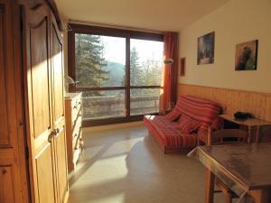 A seating area at Le Balcon De Villard