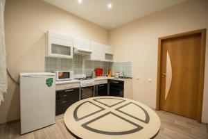 Кухня или мини-кухня в Gorkavich Apartment