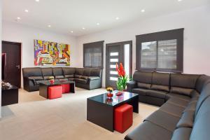 A seating area at Villa Maravilla