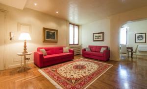 Santi Apostoli Red Apartment