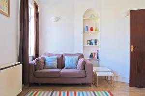 A seating area at Quaint Kensington Pied-e-terre