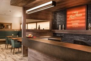 The lounge or bar area at AlpenParks Hotel & Apartment Central Zell am See
