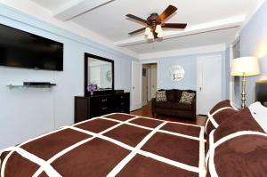 Μια τηλεόραση ή/και κέντρο ψυχαγωγίας στο Three-Bedroom Apartment with Two Bathrooms - East 55th Street