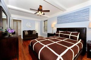 Ένα ή περισσότερα κρεβάτια σε δωμάτιο στο Three-Bedroom Apartment with Two Bathrooms - East 55th Street