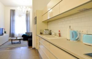 A kitchen or kitchenette at White Dream Home