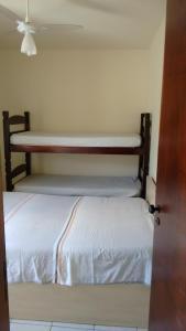 A bunk bed or bunk beds in a room at Apartamento Caraguatatuba