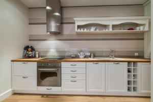 A kitchen or kitchenette at udanypobyt Apartamenty Pastelowe