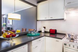 A kitchen or kitchenette at La Sebastiana Suites