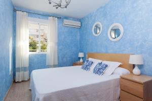 A bed or beds in a room at Apartamento Jardines de Playa Gandia