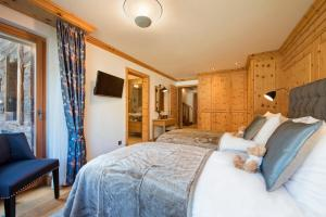 A bed or beds in a room at Chalet Shalimar