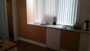 Cuisine ou kitchenette dans l'établissement Maisonnette Julienne