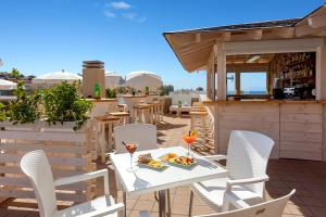 A restaurant or other place to eat at Aparthotel Los Dragos del Sur