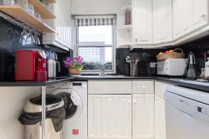 A kitchen or kitchenette at Veeve - Keep It Classy