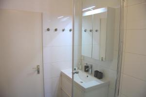 A bathroom at Nollendorf Apartments