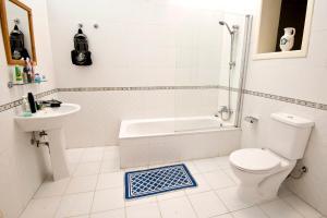 A bathroom at Valletta Arch Apartment
