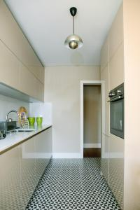 A kitchen or kitchenette at Porto Insight Aparthments Cardosas