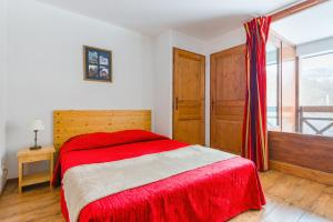 A bed or beds in a room at Lagrange Vacances Cybèle
