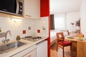 A kitchen or kitchenette at Séjours & Affaires Bordeaux de L'Yser