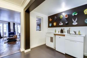 A kitchen or kitchenette at Sweet Inn -Etienne Marcel