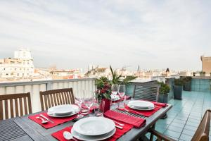 A restaurant or other place to eat at Elegant Apartment Olle