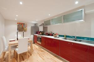 A kitchen or kitchenette at Henderson Street Apartment